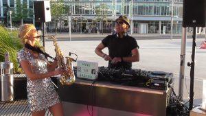 Saxophonistin live